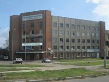 На фото вход в пятиэтажное здание ДОКа в Черкассах, где установлена система контроля доступа