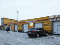На фото здание автомойки желтого цвета, здесь установлена система видеонаблюдения под ключ